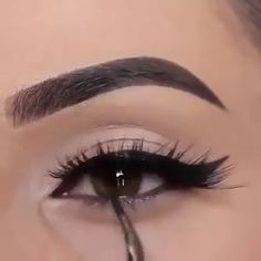 eyeliner looks so easy with this tutorial! Apply eyeliner looks so easy with this tutorial!, Apply eyeliner looks so easy with this tutorial! Eye Makeup Tips, Eyebrow Makeup, Skin Makeup, Makeup Inspo, Eyeshadow Makeup, Makeup Inspiration, Eyeshadow Palette, Glitter Eyeshadow, Makeup Geek
