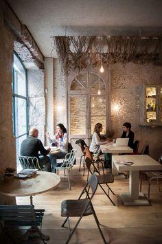 Love the netting;a // cafe, coctail bar // Corredera Baja de San Pablo, 12 // Madrid. Restaurant Interior Design, Shop Interior Design, Bar Madrid, Decoration Restaurant, Bar A Vin, Pause Café, Coffee Places, Cafe Bistro, Coffee Shop Design