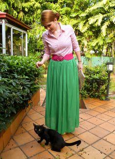 Saia longa verde com cinto rosa e camisa com listras branca e rosa