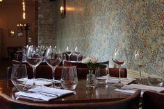 Rosemary - Gastro-Pub - 4 rue Crillon 75004 - A tester pour boire un verre, diner ou bruncher Gastro Pubs, Paris Restaurants, Places To Eat, Rue, Table Settings, British, France, Food, British Cuisine