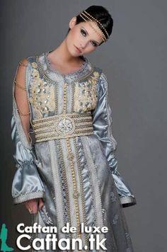 un caftan marocain de luxe présenté par une princesse royale laquelle ajoutait une touche magique pour notre conception du caftan moderne. caftan marocain de haute couture entièrement brodé au biais d'un sfifa pur et noeu...