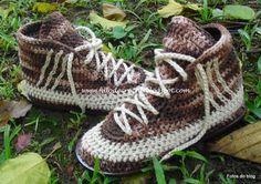 Tênis de crochê feito com linha de algodão ou lã, palmilha em couro e solado de borracha. R$160,00