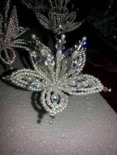 Flor de relleno … Bead Jewellery, Diy Jewelry, Beaded Jewelry, Handmade Jewelry, Beaded Necklace, Jewelry Making, Jewelry Ideas, Seed Bead Flowers, French Beaded Flowers