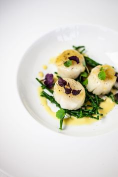Unique and Creative Scallops with salicornia and saffron sauce I Want Food, Love Food, Coquille St Jacques, Soup Starter, Fish Recipes, Healthy Recipes, Seafood Appetizers, Scallop Recipes, Saint Jacques