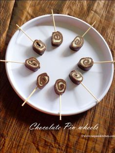 No bake chocolate pinwheel must be kids favourite. You can present nicely for your kids getogether to attract kids team. Homemade Chocolate, Chocolate Flavors, Chocolate Recipes, Candy Recipes, Brownie Recipes, Dessert Recipes, Easy Desserts, Delicious Desserts, Cream Puff Recipe