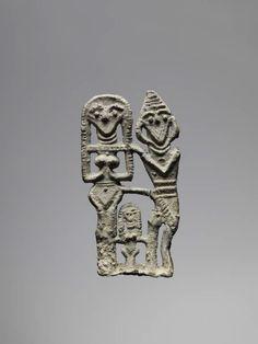 Amulette Famille divine  Epoque des comptoirs assyriens, fin XXe - XVIIIe siècle avant J.-C  Kültepe (Karahöyük) Plomb H. : 6,70 cm. ; L. : 3,60 cm
