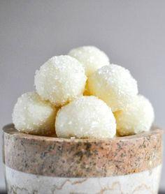 Sparkly White Chocolate Lemon Truffles I howsweeteats.com