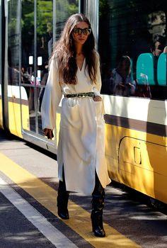 Diletta Bonaiuti veste trench coat off white com cinto e botas over the knee de verniz
