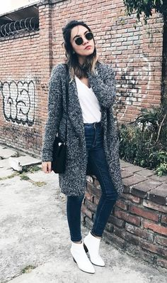 The Most Stylish Skinny-Jean Outfits of the Past Decade - White ankle boots heighten even the most casual of looks, giving your outfit a modern twist. Fall Winter Outfits, Spring Outfits, Trendy Outfits, Cute Outfits, Girly Outfits, Fashion Outfits, Booties Outfit, Outfit Jeans, Look Fashion