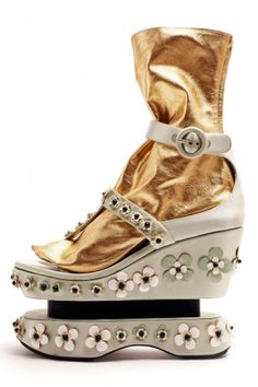 le super scarpe by Prada http://www.elle.it/Moda/Tendenze/Harajuk-shoes-scarpe-zeppe-architettoniche-prada-Oriente-sandali-giappone#