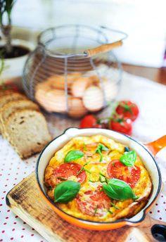 Omlet z pomidorami i fetą - MniamMniam.pl