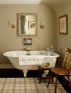 Country bathroom with clawfoot tub Home Interior Design, Home Design, Cottage Bath, Shabby Chic, Upstairs Bathrooms, Country Bathrooms, Chic Bathrooms, Of Wallpaper, Bathroom Wallpaper