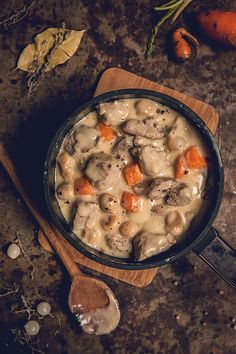 "Blanquette de veau maison I love the house veal stew, a very ""cocoon"" dish. This recipe reminds me a lot of the one my mom made for me on winter evenings. Meat Recipes, Vegetarian Recipes, Cooking Recipes, Veal Stew, Good Food, Yummy Food, Batch Cooking, Healthy Dinner Recipes, Main Dishes"