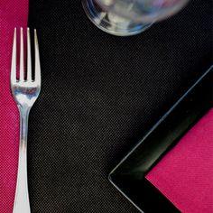 #combinacion de #mantel #novotex en #color #burdeos y #camino de #mesa #negro con #servilleta de #papel #burdeos