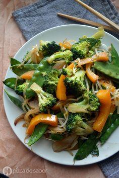 Una mezcla de cebolla, brócoli, pimiento morrón, germinado de soya y chícharos chinos