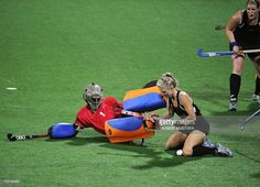 South Africa goalkeeper Vuyisanani Mangisa (L) fights for the ball with Charlotte Harrison of New Zealand during their field hockey semi-final at the Major Dhyan Chand National Stadium during the XIX Commonwealth Games in New Delhi on October 11, 2010. AFP PHOTO/Tauseef MUSTAFA