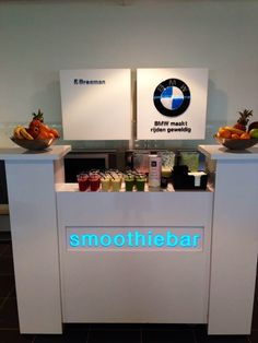 Een strak witte smoothiebar voor BMW. Deze bar is ideaal voor beursstands en op congressen. #barcompany #mobiele #smoothiebar #bartender #smoothie #fresh #juice #verse #sappen #evenementen #feesten #oplocatie #beursstand #congres