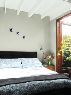 #smallbedroom Light from doorway and white ceiling contrast with grey walls creates openess