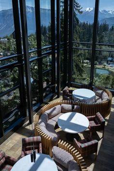 Hotel Crans Ambassador - markante Architektur im Chalet-Stil Bar Lounge, Design Hotel, Montana, Hotels, Das Hotel, Outdoor Furniture Sets, Outdoor Decor, Wallis, Patio