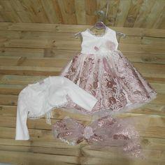 Βαπτιστικό φορεματάκι από δαντέλα σε χρώμα μήλο. ΠΛΗΡΟΦΟΡΙΕΣ: Περιλαμβάνει μπαντάνα και μπολερό. Κωδικός Προϊόντος: ΡΚ.70 Girls Dresses, Flower Girl Dresses, Wedding Dresses, Fashion, Dresses Of Girls, Bride Dresses, Moda, Bridal Gowns, Fashion Styles