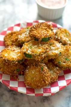 Easy, super crunchy, zucchini parmesan crisps are just like pizzerias! Serve with marinara or buttermilk ranch. Recipe made with panko and parmesan. Parmesan Chips, Zucchini Parmesan Crisps, Yummy Appetizers, Appetizers For Party, Appetizer Recipes, Appetizer Ideas, Zucchini Chips, Bake Zucchini, Churros