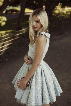 Mezuniyet elbise modelleri bu yıl nasılmış öğrenmek isteyen kızlar bu galeriye dikkat.Sizler için mezuniyet elbise modellerinden yılın trenlerini seçtik.
