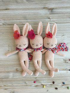 Adorables bébé-lapins au crochet - les doudous parfait pour votre bébé ou enfant. Taille: La taille est env. 22 cm. Couleur: La couleur du lapin en coton est : natural-white, marron, rose ou bleu-gris. Nhésitez pas à me contacter si vous désirez dautres combinaisons de couleurs.