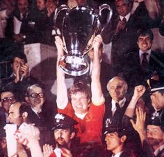 Emlyn Hughes (Liverpool FC, 1967–1979, 474 apps, 35 goals) lifts the Champion Clubs Cup Trophy.