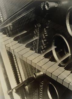 Aenne Biermann, experimentelle Fotografie, Aufnahme von Klaviertasten mit Spiegelungen #wallpaper #Tapete