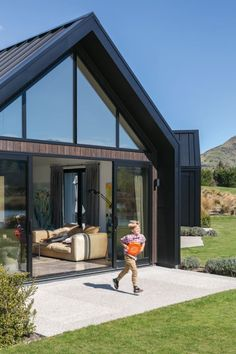 This peaceful Queenstown getaway is the place where a busy Sydney-based family can reconnect and let loose. Facade House, House Roof, Building Design, Building A House, Building Homes, Casa Hotel, Gable House, Modern Barn House, Shed Homes