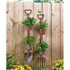 31 Unique Garden Fence Decoration Ideas to Brighten Your Yard - The Trending House Vintage Garden Decor, Diy Garden Decor, Garden Crafts, Garden Projects, Garden Art, Garden Tools, Unique Garden, Modern Garden Design, Contemporary Garden