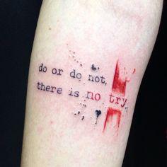 Do or do not, there is no try • primeira tattoo da Carol • pena q não deu tempo de ver o filme do mesmo inteiro hahah #escrita #watercolortattoo #trashpolska #caligrafic #lcjunior #inspirationtatto #dotwork (em Espaço Alvorada)