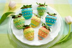 Easter Table Decorations to Egg-cite Your Guests Easter Egg Chocolate Covered Strawberries Chocolate Navidad, Easter Chocolate, Homemade Chocolate, Chocolate Cupcakes, Chocolate Art, Chocolate Covered Treats, Chocolate Dipped Strawberries, Un Cake, Strawberry Dip