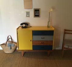 La commode vintage Odette a été entièrement restaurée. Ses nouvelles couleurs : jaune moutarde, bleu canard et imprimé losanges. Atelier proche de Nantes