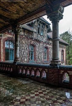 Amazingly Beautiful Abandoned Homes Old Abandoned Buildings, Abandoned Property, Abandoned Castles, Old Buildings, Abandoned Places, Beautiful Architecture, Beautiful Buildings, Beautiful Places, Old Mansions