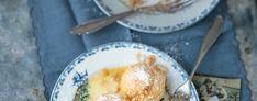 """Obyvatelia regiónu Wachau sú obzvlášť pyšní na """"svoje"""" marhule. Snahy domácich pestovateľov o kvalitu boli aj uznané: Európska Únia vyhlásila v roku 1966 """"wachauskú kvalitnú marhuľu"""" za medzinárodne chránený názov. Austria, Breakfast, Food, Basket, Europe, Gourmet Foods, Food And Drinks, Morning Coffee, Meals"""