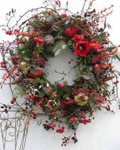 Loose airy wreath with evergreens bittersweet and amaryllis. Loose airy wreath with evergreens bittersweet and amaryllis. The post Loose airy wreath with evergreens bittersweet and amaryllis. appeared first on Ideas Flowers. Christmas Door Wreaths, Christmas Flowers, Autumn Wreaths, Christmas Holidays, Fleurs Diy, Xmas Decorations, Dried Flowers, Floral Arrangements, Floral Wreath