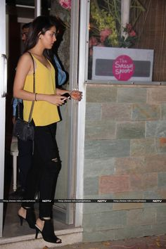 Mira Rajput, who we've never seen without her actor husband Shahid Kapoor so far, was spotted solo at a restaurant in Mumbai on October so smart Mira Rajput, Shahid Kapoor, Casual Street Style, Hot Actresses, Kurti, October 27, Celebrity Style, Dress Up, Husband
