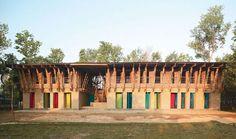De volta à arquitetura vernacular na Meti School . Anna Heringer e Eike Roswa . Rudrapur, Bangladesh . 2005 Dupla alemã adapta em escola rural a arquitetura vernacular de barro e bambu como modelo sustentável para Bangladesh, um dos mais pobres países da ásia