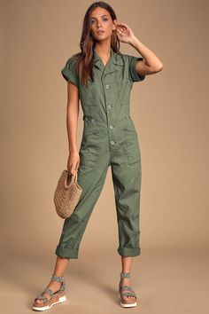 Function met fashion in the Pistola Grover Olive Green Short Sleeve Denim Jumpsuit! Cute denim coverall jumpsuit with cargo pockets and short sleeves. Backless Jumpsuit, Jumpsuit With Sleeves, Denim Jumpsuit, Olive Jumpsuit, Dungarees, Rompers Dressy, Cute Rompers, Olive Green Shorts, Gisele Bundchen