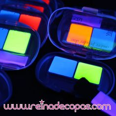 Sombras de ojos Neón Fluorescente que brillan con luz negra UV. Formato Bicolor con pincel aplicador. Especial Discotecas, Gogos y Drags.