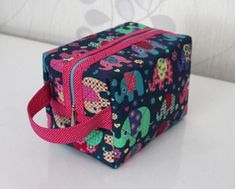 Makeup Bag Pattern, Costura Diy, Zipper Pouch Tutorial, Beauty Case, Fashion Painting, Bag Patterns To Sew, Love Sewing, Little Bag, Sewing Crafts