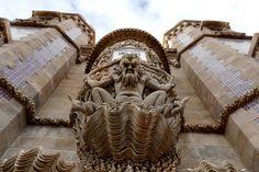 Die Paläste von Sintra: Portugals romantische Märchenschlösser - via Stern 07.11.2014 | Foto: Dieser Molch steht als Allegorie für die Erschaffung der Welt. Er ist an der Fassade des Palácio Nacional da Penazu sehen, den Ferdinands II. 1840 auf den Ruinen eines Klosters errichten ließ. Wegen seines eklektizistischen Baustils gilt der Palast als das Neuschwanstein Portugals.