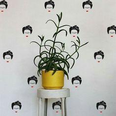 Pra encher seu feed de amor: Adesivo decorativo Frida. Combina com tuuuudo!  Adesivo disponível na loja online www.modedeco.com.br #adesivosdecorativos #fridakahlo #decoração