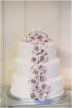 Bryllupsinspirasjon.no: Lekker bryllupskake med quilted mønster og hvite og lilla roser.