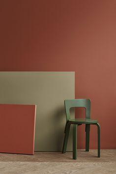 Platene foran har fargene 20143 Lively Red og 8546 Local Green, som begge er fine kombinasjoner til veggfargen 20144 Grounded Red. Red Interiors, Colorful Interiors, Interior Design Inspiration, Color Inspiration, Period Color, Architectural Materials, Cool Wallpapers For Phones, Brown Walls, Living Room Colors