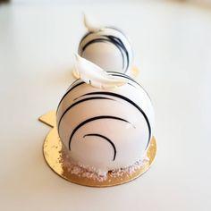Если полоса твоей жизни вдруг стала черной, посмотри повнимательнее - скорее всего это белая, да еще и в шоколаде ______________ #glazurperm #муссовыепирожные #russiancakes #cake_russia_news #instadaily