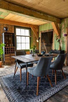 Kombinace desky z borovicové dýhy a subtilní kovové podnože tvoří elegantní a nadčasový celek, který výborně doplní moderní i klasické jídelny a kuchyně. Tento stůl lze využívat také jako pracovní.