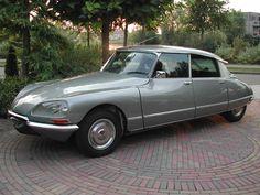 Eigenwijs, tijdloos, elegant, klassiek én modern tegelijk. Ik vind dit nog steeds een adembenemend mooie auto. Citroën DS.