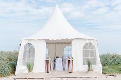 Das Pagodenzelt in Schillig vor der Trauung. Hergerichtet mit viel Liebe und Engagement. Die Hochzeit am Strand kann beginnen!  Fotos: www.sandrahuetzen.de  #Strandhochzeit #NordseeStrandhochzeit